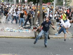 Opposition protestors throw rocks and bottles at Caracas police force (ABN)