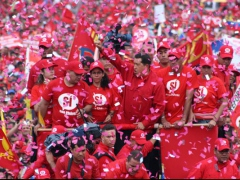 Chavez greets cheering supporters during the Nov. 4 march in support of the constitutional reform. (Prensa Presidencial)