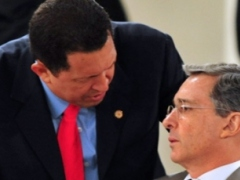 Venezuela's President Chavez and Colombia's President Uribe confer during the Rio Summit in the Dominican Republic (Semana)