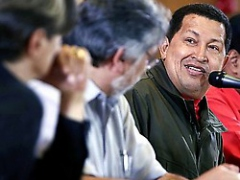 President Hugo Chávez, alongside visiting Paraguayan President-elect Fernando Lugo in Caracas, threatened to close off investment opportunities to European countries that further criminalize immigrants. (ABN)