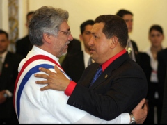 Venezuela's President Chavez and Paraguay's President Lugo embrace during Lugo's inauguration (Prensa Presidencial)