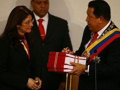 Chavez hands the text of his annual report to the National Assembly president, Celia Flores. (ABN)