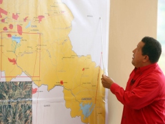 President Chavez points out the path of a new aqueduct. (PP/Efrain Gonzalez)