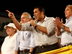 Zulia Governor Pablo Perez (with microphone), former Zulia Governor Manuel Rosales (right), the Mayor of Greater Caracas Antonio Ledezma, and other opposition leaders. (YVKE)
