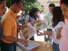 Handing out free books and newspapers in the main plaza of Merida yesterday (Tamara Pearson/venezuelanaysis)