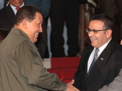 Venezuelan President Hugo Chavez (at left) with El Salvadoran President Mauricio Funes (at center right) on Tuesday (ABN)