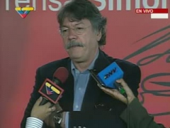 Fernando Buen Abad speaking to press while waiting for the debate on Saturday (VTV).