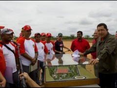 President Hugo Chavez with workers at the El Sombrero construction site (Prensa Presidencial)