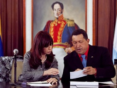 Venezuelan President Hugo Chavez and Argentine President Cristina Fernandez sign trade deals (Agencias)
