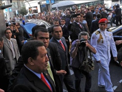 Chavez during his vist to the Gran Via bookstore, Madrid (Publico.es)