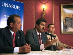 Venezuelan Foreign Relations Minister Nicolas Maduro (center) speaks about UNASUR (MPPRE)