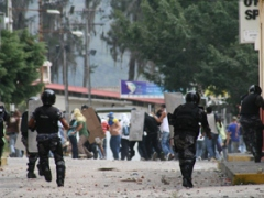 Police and protestors clash in Merida on Monday (Diario la Frontera)