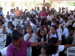 School children from the Paraiso del Tuy commune receive school equipment.