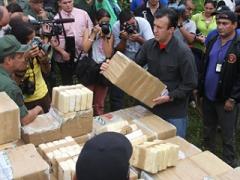 Minister Tarek El Aissami displays the captured drugs (YVKE)
