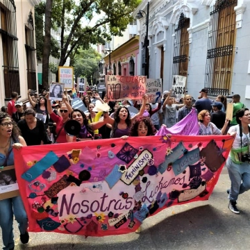 Since March 8, feminist organizations in Caracas began creating a collective banner, comprised of cloth and knit collaborations from women and organizations from across the country as a symbol of the collective struggle against gender violence. (Los Inqui