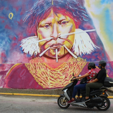 Part of a mural in Caracas' Gran Cacique Guaicaipuro Avenue depicting the country's indigenous roots and resistance. (Jacobo Méndez / RT)