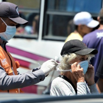 Venezuelans, and especially the elderly, have been encouraged to wear facemasks when out and about, and to try to stay home where possible. Authorities have also called on people to show their solidarity and put aside political differences to overcome the pandemic. (@jacoli44 / Twitter)
