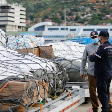 Venezuelan Vice Minister of Risk Management and Civil Protection Eduardo Hurtado inspects the aid destined for Haiti before it is loaded onto a plane at Simón Bolívar International Airport in Maiquetía. (@CancilleriaVE / Twitter)