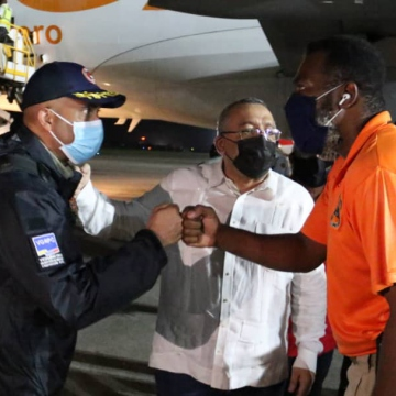 Vice Minister of Risk Management and Civil Protection Eduardo Hurtado greets Haitian Director for Civil Protection Jerry Shendall at the Toussaint Louverture International Airport in Port-au-Prince after delivering aid to the earthquake-stricken country. (@CancilleriaVE / Twitter)