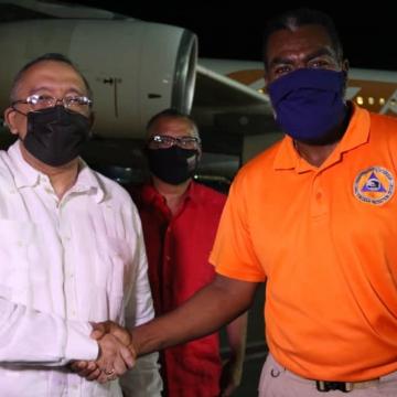 Venezuelan Ambassador to Haiti Orlando Maneiro Gaspar greets Haiti's Director for Civil Protection Jerry Shendall in Port-au-Prince. (@CancilleriaVE / Twitter)