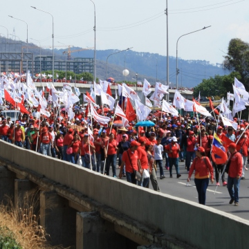 The long-tailed march of pro-government workers comes up from La Bandera district of south Caracas. It's end disappears into the horizon. (Katrina Kozarek)
