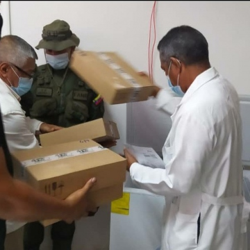 Doctors inspect the vaccines at the Ruiz y Paez Hospital in Ciudad Bolivar. (@marcoslimamd / Twitter)