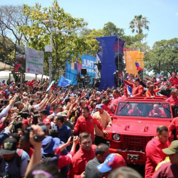 With Diosdado Cabello driving, Maduro arrived to the Electoral Offices on an open-air truck surrounded by his supporters (Presidential Press)