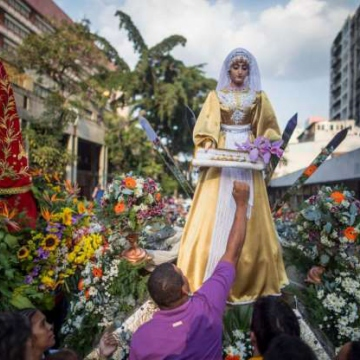 Large crowds attended religious parades in a number of cities of the country, mostly dressed in the traditional purple attire. Here, citizens parade in the Saint Paul of Nazareth to the Santa Teresa Basilica in Caracas with over 3000 orchid flowers (Miguel Gutierrez / EFE)