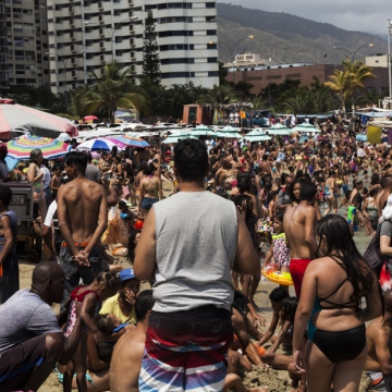 Thousands also decided to take their holidays at the beach, such as this one in Playa el Yate in Vargas State. (Alejandro Cremades / El Estimulo)