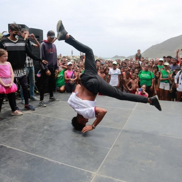 Local authorities organised a number of concerts and cultural activities to entertain the crowds. Here, a break dance competition is held in Ocumare de la Costa beach in Aragua State. (Jose Manuel Penalver).