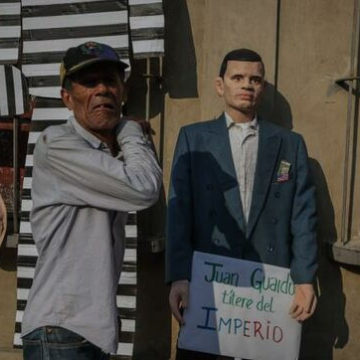 "In this Judas dummy, citizens depict self-declared ""Interim President"" Juan Guaido with a sign which reads, ""Juan Guaido, puppet of imperialism."" (El Diario)"
