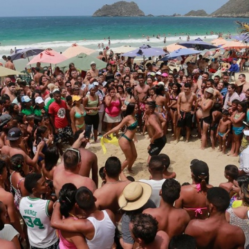 Citizens dance and happily enjoy the beautiful beaches and the sun in Ocumare de la Costa, Aragua State. (Jose Manuel Penalver)