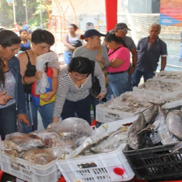 As part of the festive traditions, a number of citizens abstain from eating meat and chicken in favor of fish. To help supply the peak in fish consumption, authorities set up temporary subsidised fish sales which they reportedly sold over 450,000 kilos. (VTV)