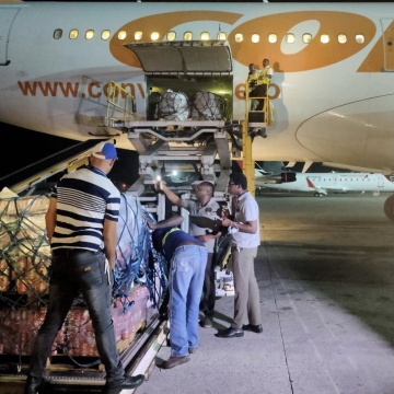 Haitian workers inspect a cargo of aid from Venezuela after being unloaded at the Toussaint Louverture International Airport in Port-au-Prince. (@CancilleriaVE / Twitter)