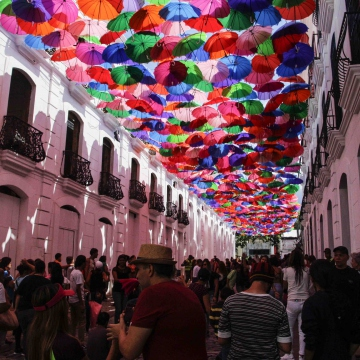 "To accompany the festival, government authorities staged a number of other similar cultural events, in this case the ""Umbrella Avenue"" which was set up in Linares Street in the historic centre of Caracas and attracted hundreds of passersby. (Luis Miguel Cáceres)"
