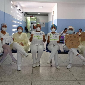 In workplaces a number of women also made their complaints known. Here, a group of nurses in Aragua state call for greater salaries and better wokring conditions. (@ftemujeresvzla / Twitter)