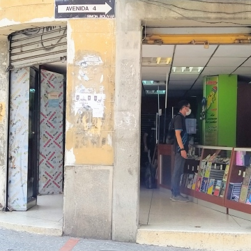 Many non-food shops also ran the risk of a visit from the police by defying the lockdown to open. Here, a stationary store in Merida City, Merida State is working as usual despite the quarentine. (Paul Dobson / Venezuelanalysis)