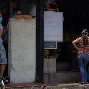 Many small businesses have also placed signs warning customers that they can only enter with facemasks. Other restaurants are only selling to take away to avoid clusters of customers in one place. (Paul Dobson / Venezuelanalysis)