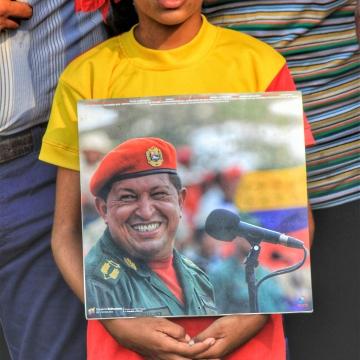 Young communard commemorates Chávez