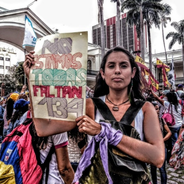 Protestor holds a sign reclaiming the 134 femicides that have occured in Venezuela since January 2019. (@kndykissrock)