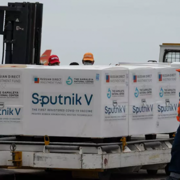 Airport workers unload the 100,000 doses of Russia's Sputnik V vaccine in Caracas' Maiquetia Airport. (Yuri Cortez / AFP)