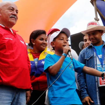 A young boy sings on stage alongside leading PSUV member Dario Vivas (AVN)