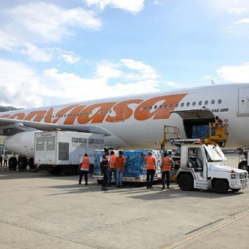 Workers load Venezuelan aid aboard the from state-owned Conviasa airline at the Simón Bolívar International Airport in Maiquetía. (@gestionperfecta / Twitter)
