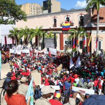 """Chavistas join over 400 international representatives at the """"People's Balcony"""" of the Presidential Palace to commemorate the end of the military dictatorship in 1958. (La Iguana TV)"""