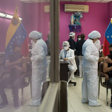 Healthcare workers are vaccinated in Caracas. (Magda Gibelli / Sputnik)