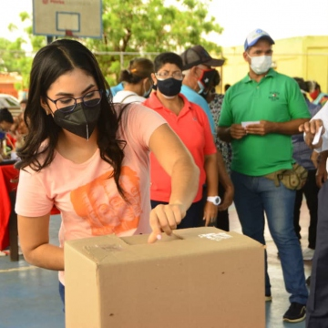 PSUV member deposits a secret ballot as part of the primary process (@PsuvzuliaApc / Twitter)