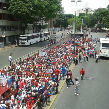 Workers march in defense of achievements of the revolution on May Day 2018 (Credit: Ricardo Vaz/Investig'Action ENG)