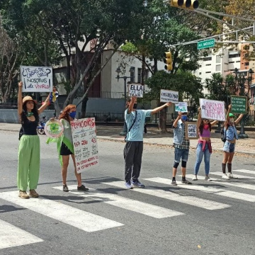Women and men held placards bringing a range of issues to the attention of those passing by. (Yoseglis Cabrera)