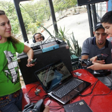 Young adults teaching youngsters how to install and operate open-source software during Venezuela's FLISOL 2011 (Luigino Bracci).