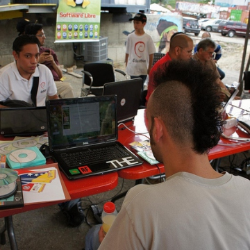 Other members of the general public brought their own computers to FILSOL to install all available open-source softwares and to receive the necessary training (Luigino Bracci).